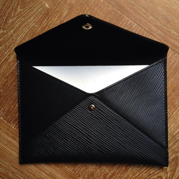 It's Ghesquiere's 1st collection for @LouisVuitton, he's off to a good start with this luxe Epi leather invite #pfw http://t.co/acZI0l6LLg