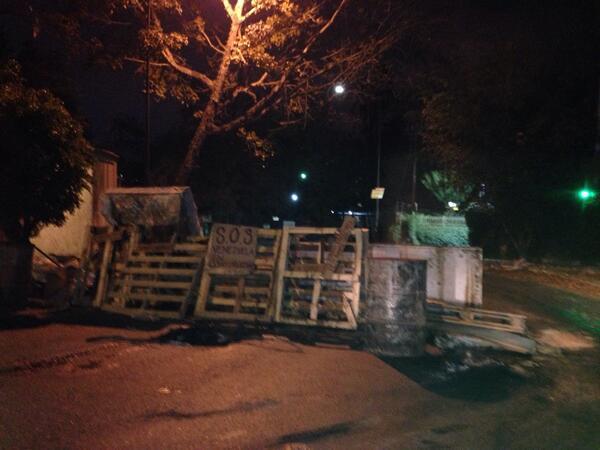 Cerrada subida Ppal Macaracuay varias barricadas http://t.co/gdMMtha9fB... Gracias Beatriz