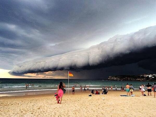 Storm over #Sydney beaches. Anyone know the #photographer? #weather #cloudporn #photography http://t.co/ISdGn7C0Vj http://t.co/6dq6lI6QeS