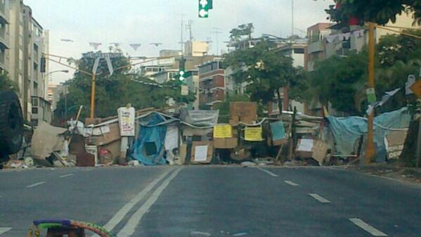 Vía de M. Luzardo: Barricada Cumbres de Curumo. 7:00 am. http://t.co/3CJs2Ulab0