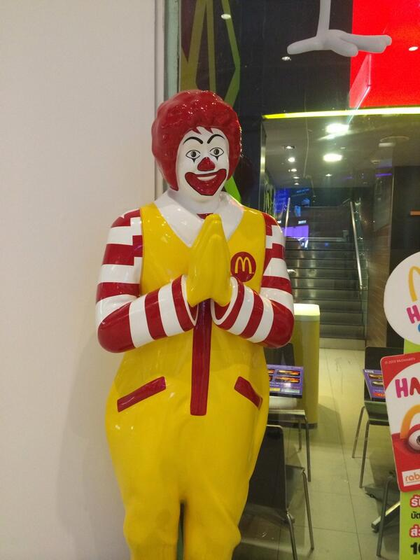 今日のね 朝に見つけたんだけどね 噂通りタイのMr.マクドナルドは合掌してたょ。つい私もマクドナルドに向かって合掌しちゃった。 http://t.co/4RxlQqtZQ9
