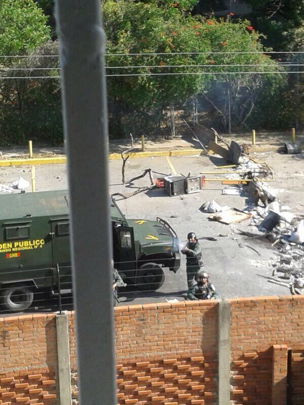 """@LiberF: Asi dispararon contra mi CASA donde hay niños Av Madrid Residencias Mariella, Barquisimeto #21F http://t.co/aqwAjwM9lJ"""