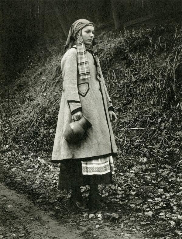 20世紀初頭、、ベラルーシ西部Mastyで撮影された少女の写真。手には水差しを持っている。