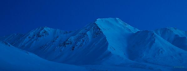 このやさしい光の時間、北極圏では夕暮れと朝の薄明の時間がとても長いのです。太陽が地平線にそって移動するためです。 pic.twitter.com/Ui1rxBPjjw
