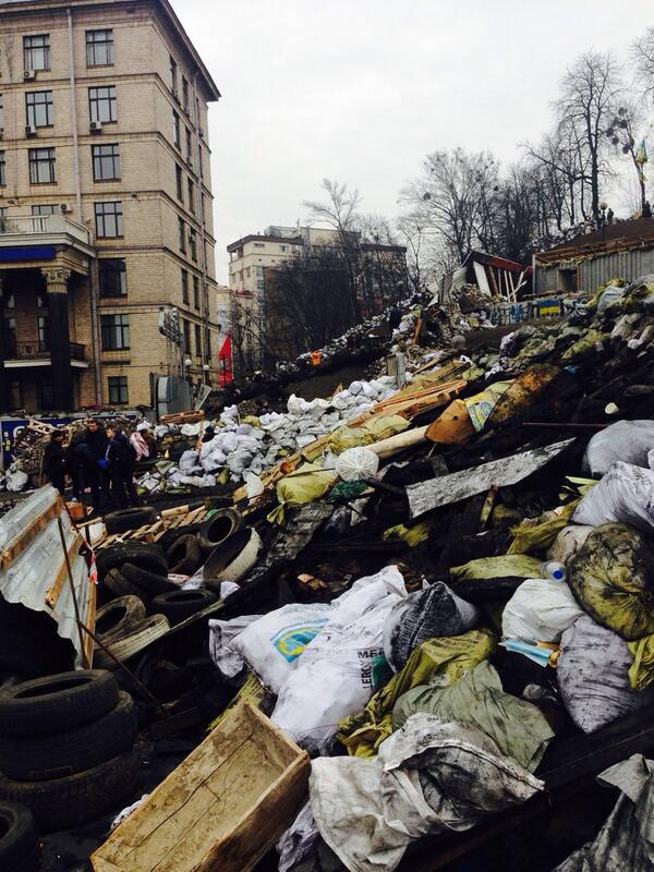 Defiant protesters refuse to leave Independence Square until Pres Yanukovych stands down. Barricades rebuilt #Kiev http://t.co/VV1JfWtTXZ