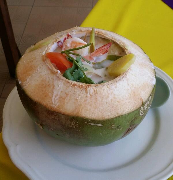 Кокосовый суп в кокосе