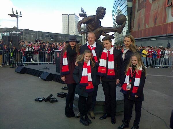 Клуб представил статую в честь Денниса Бергкампа