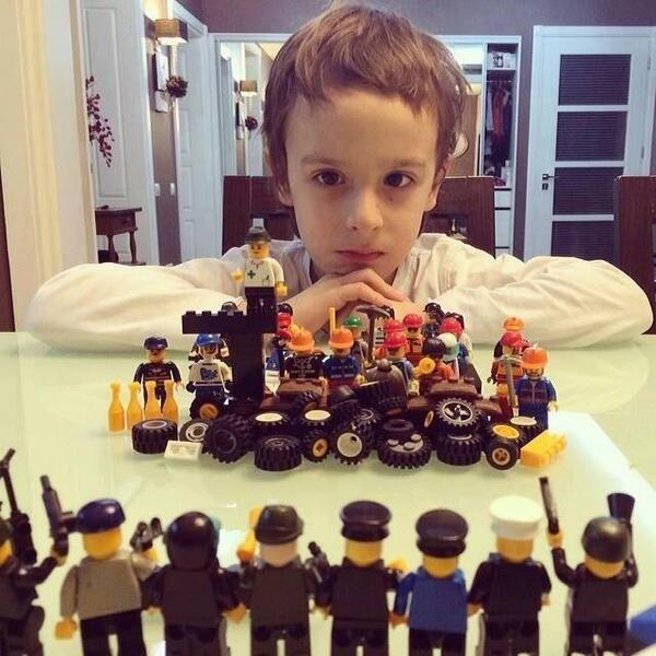 """레고로 만든 우크라이나 상황 : 우리나라 근현대사도 레고로 만들어보면 어떨까요? """"@Dobrokhotov: Лего по-украински http://t.co/lI3wl2x7rL"""""""