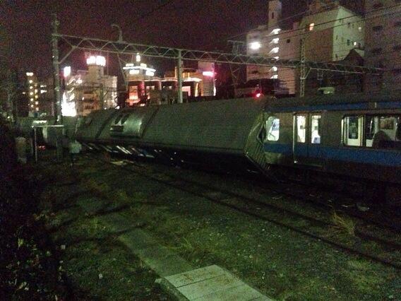 脱線事故、その続き。京浜東北線の上り線、先頭から二両が横倒し状態。 pic.twitter.com/hZRCnRON0K
