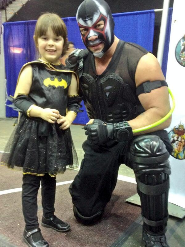 #batgirl Elizabeth Hemme, 5, gets her pic with #Batman character #Bane,  Derek Barefoot, at #pensacon Saturday. http://t.co/cxmXvrNmGu