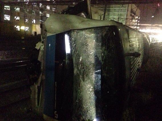 京浜東北線脱線、その3。大破した先頭車両。 pic.twitter.com/0ewcHWuzyg