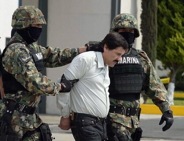 """PHOTO - La capture du narcotrafiquant mexicain le plus recherché, Joaquín """"#Chapo"""" Guzmán #AFP http://t.co/MJbWybeZoj"""