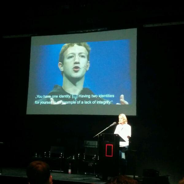 Beim Identitätskonzept von Mark Zuckerberg wird @mmeckel  schwindelig. Zurecht. #nk1314 http://t.co/SSLMjo9qK8