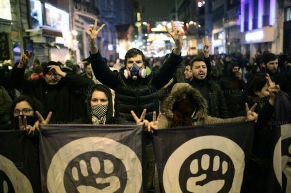 Günün fotoğrafı: Bu akşam Taksim'de Internet sansürüne karşı binlerce insan direnişteydi. http://t.co/qBwqyQlekm