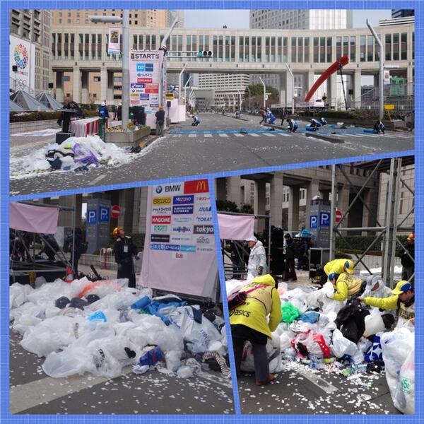 中々見れない東京マラソン開始後のスタート地点です。実は沢山のビニール袋が落ちてます。ランナーの皆さんが寒さをしのぐ為に被っていたものでスタート時にみんな脱ぎ捨てていきます。大量の山になったビニールもボランティアの皆さんが片付けてます。 http://t.co/eD9FC4xwQQ