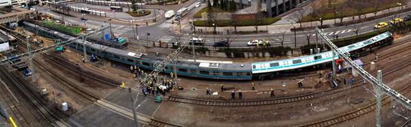 【iPhonegraph】23日未明JR川崎駅のホーム付近で、回送電車と無人の作業車が衝突し、電車の先頭と2両目の車両が脱線して横転する事故がありました。運転士ら二名が軽傷です(健) pic.twitter.com/s3kWd9vktU