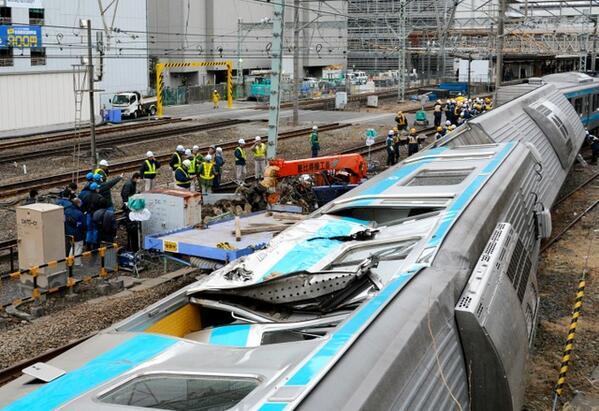"""13時過ぎましたが大きな変化無し 釣り上げる重機の設置に手間取ってる。 """"@palaiso9:  photo:横転JR京浜東北線車両、今朝午前8時34分、JR川崎駅 /朝日 http://t.co/UKGUnVAvM7 http://t.co/jf8SwGRDIU"""""""