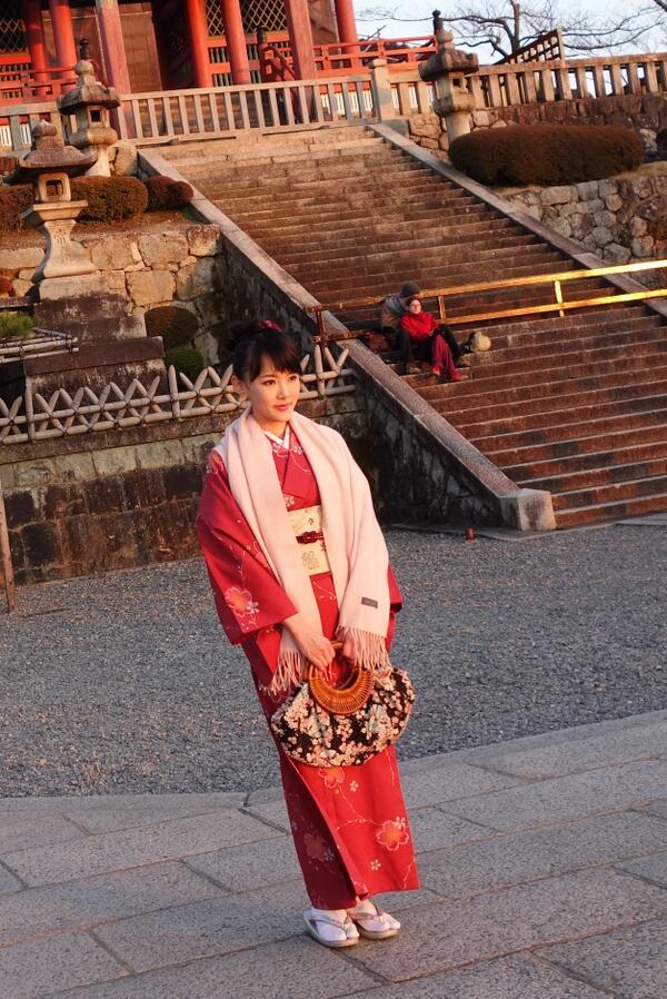 今日は休みの日。京都に住んでる叔母さんと一緒に着物を選んで清水寺に散歩しに行きました。Day off in Kyoto, with my Auntie in Kiyomizu temple. http://t.co/NqTdH5CxhO