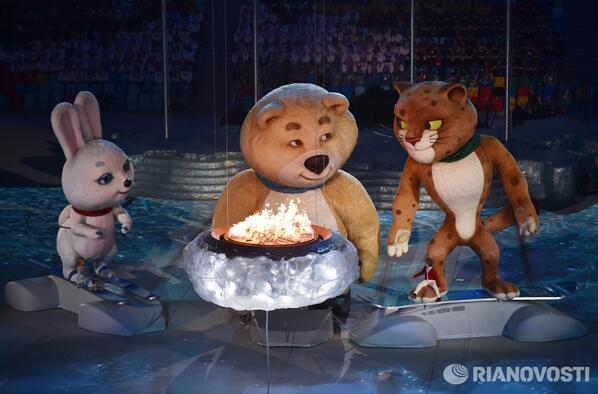 Мишка задул олимпийский огонь. Погас факел, Мишка плачет. Зрители тоже #Sochi2014 http://t.co/Rk2YP2dH0j