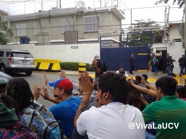 Manifestantes se encuentran en las afueras de Globovisión exigiendo la cobertura y rechazando la autocensura http://t.co/dXB4gn5YJO