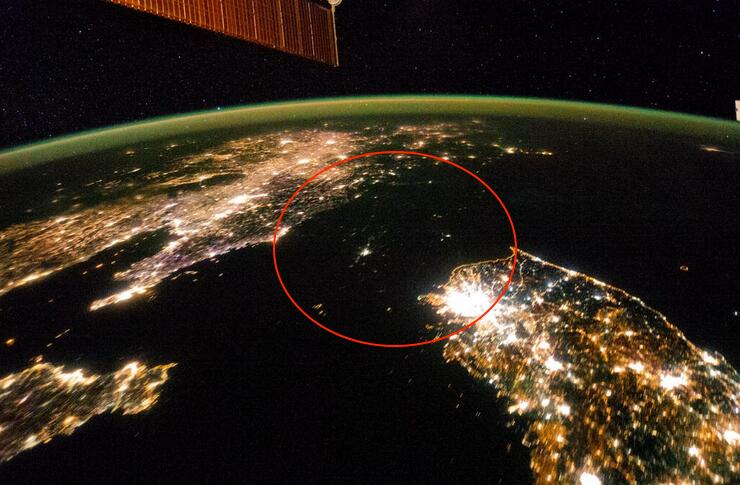 Tweetpic from the Washington Post: North Korea looks like a sea of misery in this photo from space http://wapo.st/1c1B84q  via @KnowMoreWP pic.twitter.com/nB3g8fa63Q