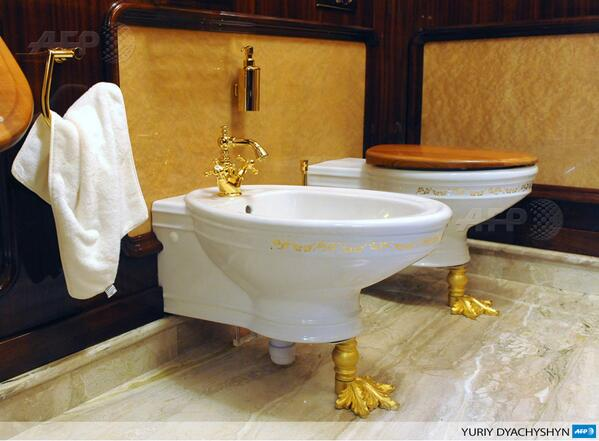RT@AFPMladen The golden accessories' bathroom at the private residence of ousted Ukrainian Pres. #Yanukovych #Kievpic.twitter.com/OA91R1EoNg