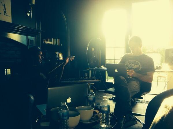 Pierre dan Chuck saat menulis lagu bareng Peter Wallevik untuk #spalbum5 http://t.co/aZXjkhPTQ9