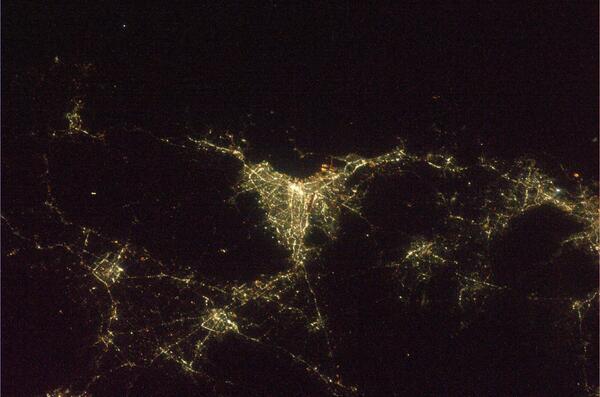 昨晩の福岡の夜景です。天神・中州と博多駅あたりは一際明るいですね。宇宙にいても博多ラーメンが恋しいです。 pic.twitter.com/rNN5ejq3UZ