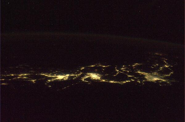 昨晩の日本列島の夜景です。太平洋側から撮影しました。四国から北海道まで写っています。 pic.twitter.com/cOpJZFll4U