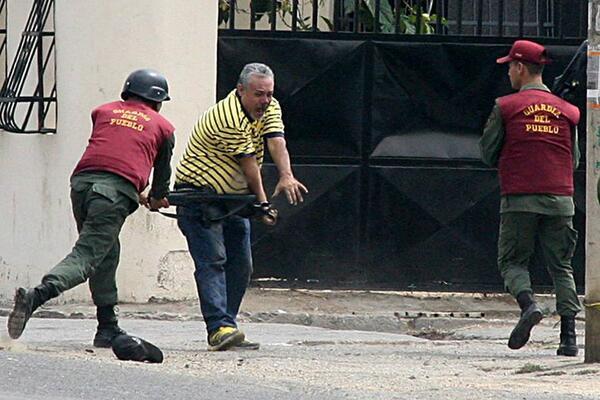 """Vergüenza nacional """"@RolandoSalazar: Si creen que nadie lo vio, a este GNB le salió el tiro por la culata.  http://t.co/YwDI8lz4Fl"""""""