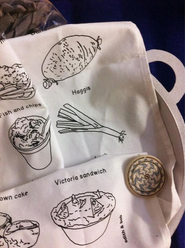 ともだちにプレゼントで貰った『イギリスのまずい料理のティータオル』がじわじわくる。 http://t.co/mysjiSpXiq