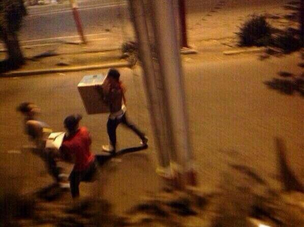 se pierde el orden en manos de la gente RT @Mmorin_informa: Saquean Súper Líder de Maracay: 8:55PM http://t.co/04gYWavR4V