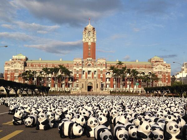 この2,3日総統府の前、敦化南路の大通りに1000匹以上の紙で作ったパンダが現れました!これは28日から「1600貓熊世界之旅—臺北」芸術展のPRの為に紙パンダのフラッシュモブというプロジェクトです。結構可愛いでしょう!! http://t.co/T0sftGaqdo