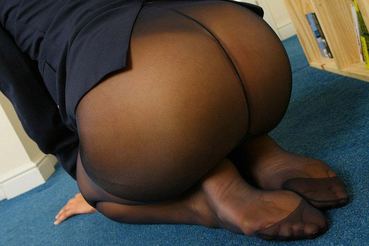 young-big-bootys-in-pantyhose-black