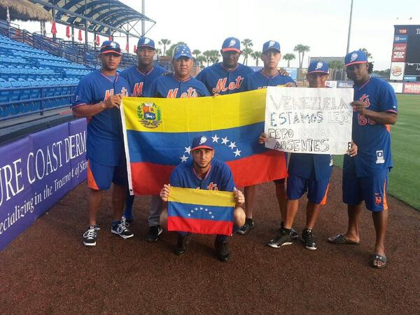"""Some #NYMets players show solidarity to Venezuela by saying """"far but not absent"""". Photo courtesy of the Mets http://t.co/tV6xxgSRcB"""