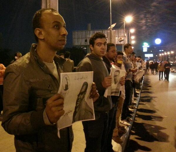 Human Chain Demanding to Free Detainees on #October Bridge #CAIRO TT @ElSheikhAdam:  http://t.co/5cTcJUYPDv http://t.co/CCpMpFK5Nr