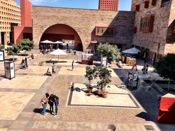 #JRMC202's @Hwkoueider @HashemYoumna & Sarah Bahaa on the #AUC plaza on the Twitter Scavenger Hunt. #JRLWeb @JRMCAUC http://t.co/no2GGYqABf