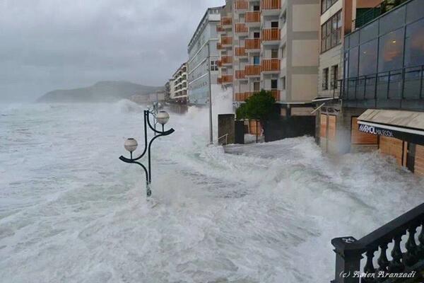 La imagen de un verdadero temporal captado por Asier Martin en Zarautz ... serán más habituales en un futuro ... ?? http://t.co/slGp0Dq9ZB
