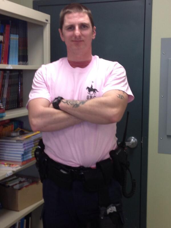 .@kevinrns Mes oui!  Je suis avec Cst Curtis de la GRC Alberta - #RCMP proud in pink! #grcjeunesse #rcmpyouth http://t.co/wFVAAiby7H