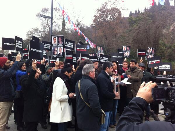 #FreeAJStaff demo at the #Egypt Consulate in #Istanbul. Mısır'a Al Jazeera habercilerini serbest bırak çağrısı http://t.co/L5e3P40b1y
