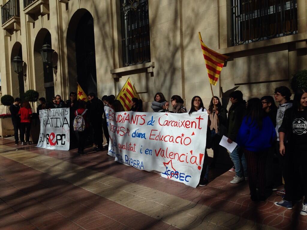 Concentració a l'Ajuntament de Xàtiva | FONT: Twitter ARRAN La Costera