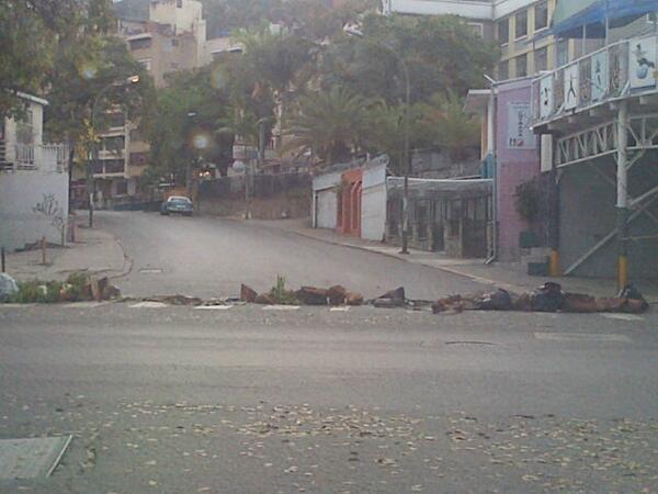 Urb. Los Chaguaramos con barricadas parciales. Av. el Estadio y calle. La Colina (7:35 am) http://t.co/Me1QH4yK4W