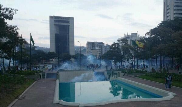 Así esta la situación en #Altamira 6:07pm #27F Antimotines se aproximan a la plaza Francia vecinos piden auxilio  http://t.co/6lPGGf04M5
