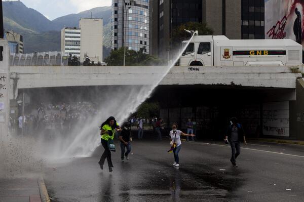 Momento en que la ballena de la GNB  disolvía manifestación en Las Mercedes #27F http://t.co/2cpLihDLyb