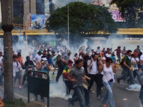 "@nytimes  9m. 2/27/14 A las 3,02pm reprimen a estudiantes que manifestaban en Las Mercedes. http://t.co/h7xnCwWStg"" vía @pemart"