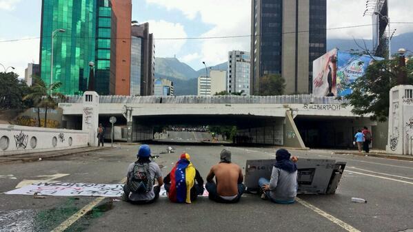 Situación en el Elevado Las Mercedes.  Vean despliegue militar en la autopista Foto 3:20pm vía @VVPERIODISTAS http://t.co/ZC4n5u0sFZ