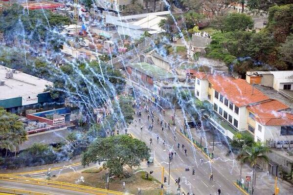 Este fue el segundo bombardeo de lacrimógenas en Las Mercedes que tratamos de evitar sin éxito http://t.co/JpDXxCpkBy