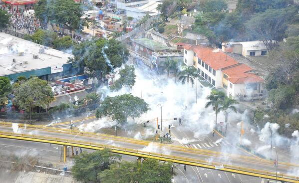 Fuerte represión en El Rosal,Las Mercedes y Altamira.Este es el diálogo y la paz del Sr Maduro http://t.co/pUmx4CsxOv