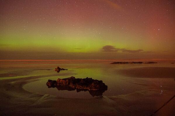 #Aurora over Downhill Beach, Northern Ireland. By Mark Shaw Feb 27. http://t.co/p2TlNddArM http://t.co/GjfeyMFQd3