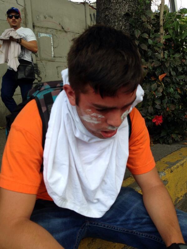 Estudiante asfixiado en las Mercedes-Caracas 4pm http://t.co/0EgvTafm0K